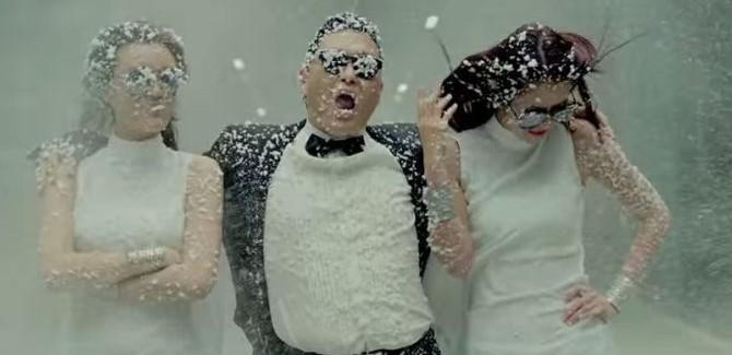 't Wereldje (53) met zingen bij Samsung en blote selfies!