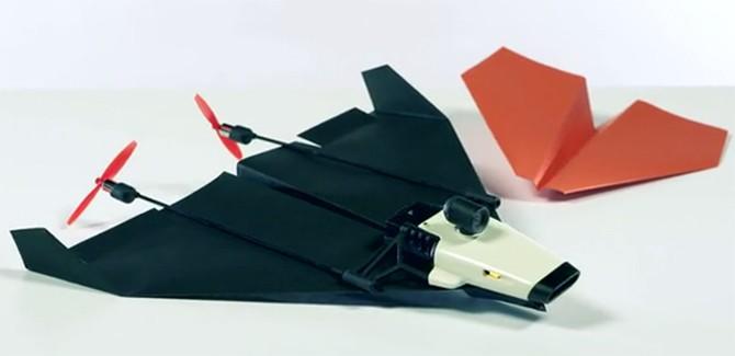 Episch papieren vouwvliegtuigje vliegt en streamt als een drone